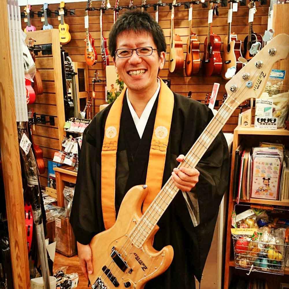 武田正文師ベースを持っている写真