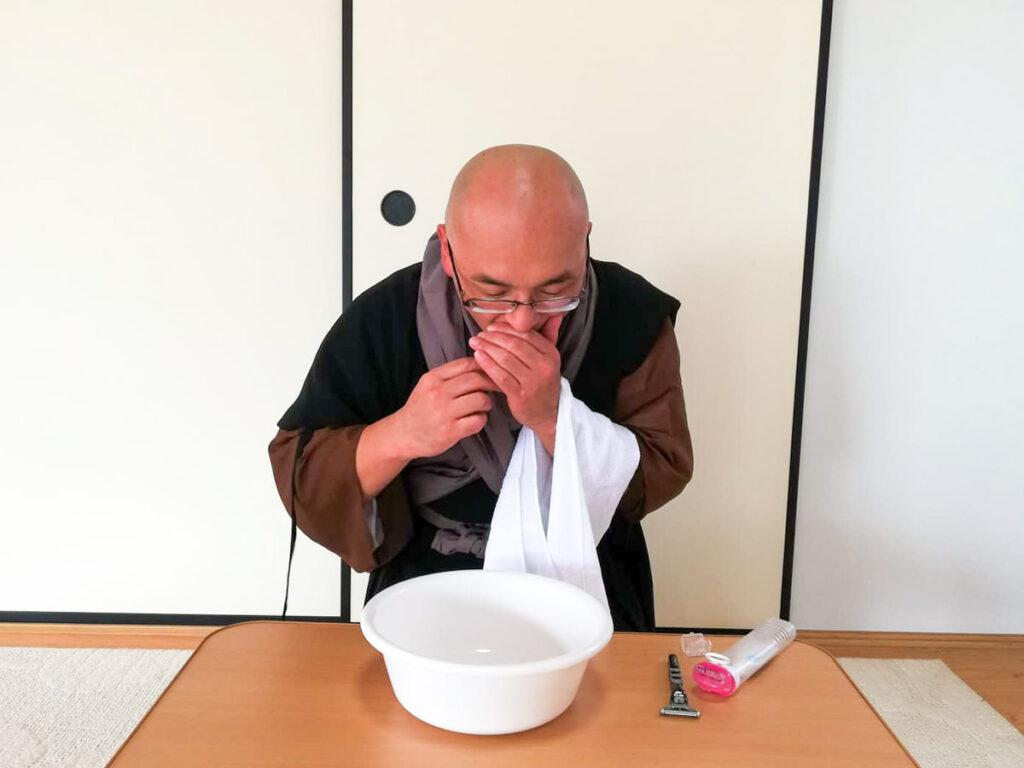永平寺の洗面作法 歯磨きは口を隠しながら