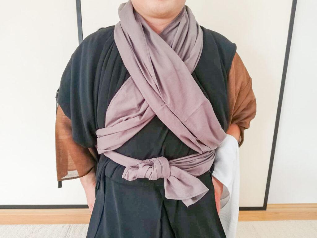 永平寺の洗面作法・洗面手巾を体にまいたところ